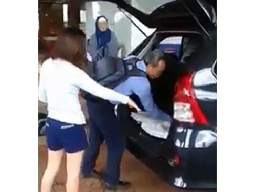 德士司机录制视频,指一名GRAB女司机没遵守服装指南。