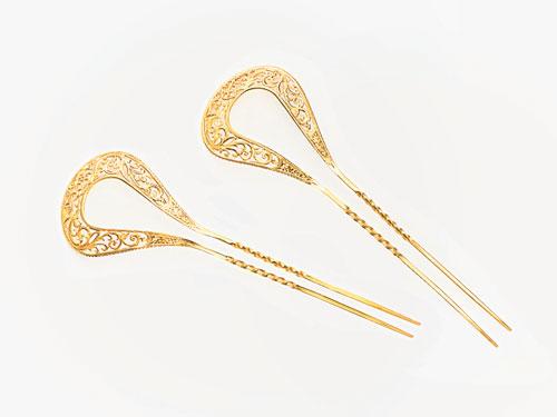 具有浓郁传统娘惹气息的发钗,能为整体造型起画龙点睛之效。