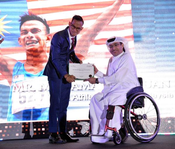 当选2018年度亚洲最佳残疾男运动员的里祖安,从阿联酋残奥委会主席莫哈末阿尔哈默利接过奖状。(取自亚洲残奥委会推特)