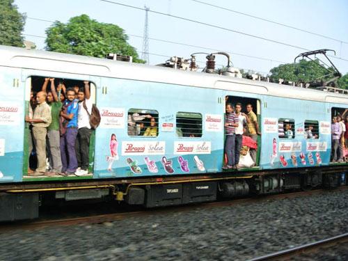 拥挤的印度火车。