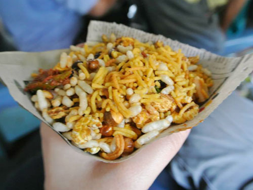 Jhaal muri是加尔各答街头常见的小吃,也被称为印度爆米花,里面还加有洋葱、番茄以及时令蔬菜。