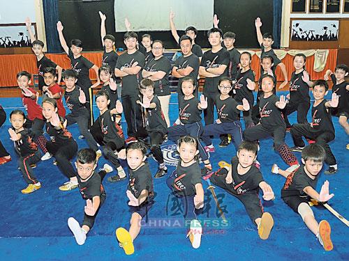 何若宾于11年前发展自己的武术团队,如今各有3名启蒙和资深教练,以及超过200名学生。