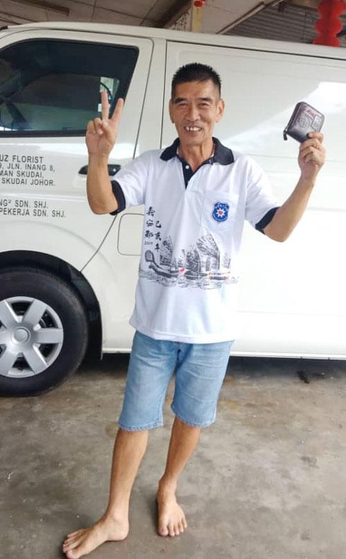 失而复得的李永喜,得知一名热心的男官员将钱包送回家后非常开心。(照片由受访者提供)