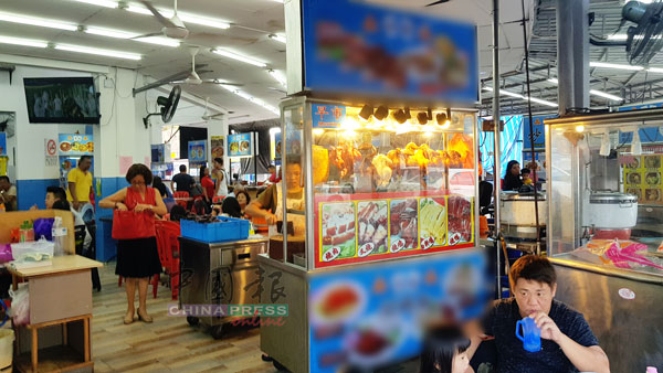 茶餐室业者解释,因新年期间人潮多,鸡饭摊位聘请的工人还新,可能忙中出错。