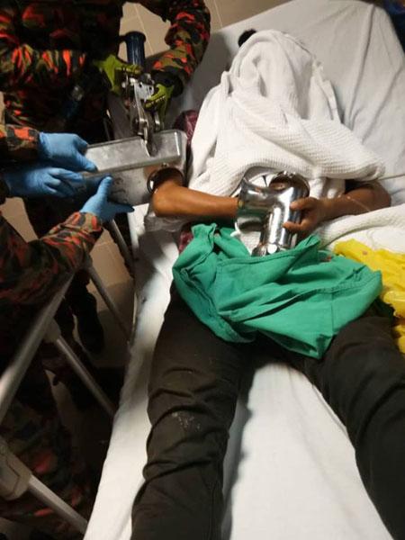 男子使用绞肉机,右手不慎被卷入机器,被送院后由消拯员帮助移除绞肉机。(图取自Hello Urang Sabah面子书专页)