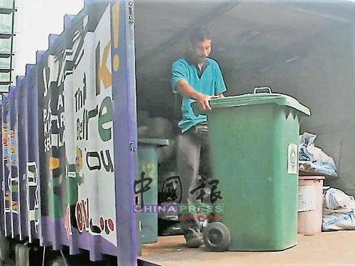 金宝县议会分别在金宝、万邦刁湾、双溪古月、也南、务边放置载送垃圾的罗厘。