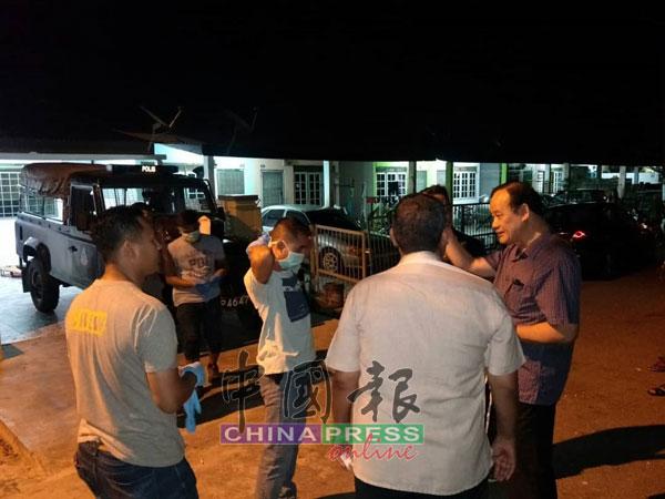 倪可汉(右)和市议员刘昌隆等人闻讯后也前往现场了解情?。
