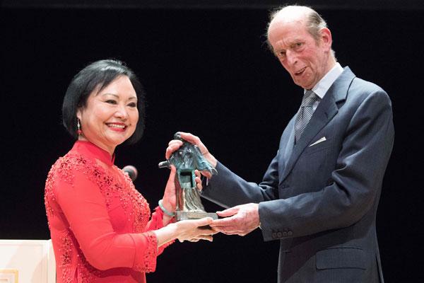 潘金福(左)在德国德勒斯登市森柏歌剧院举行的颁奖礼上,从肯特公爵爱德华王子手中,接过奖座。(法新社)