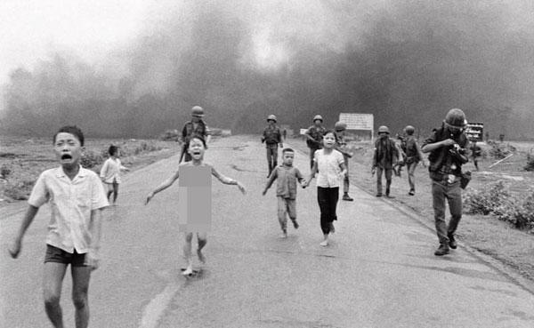 潘金福(中)脱光衣服边跑边哭喊,成为越战经典照片。(美联社)