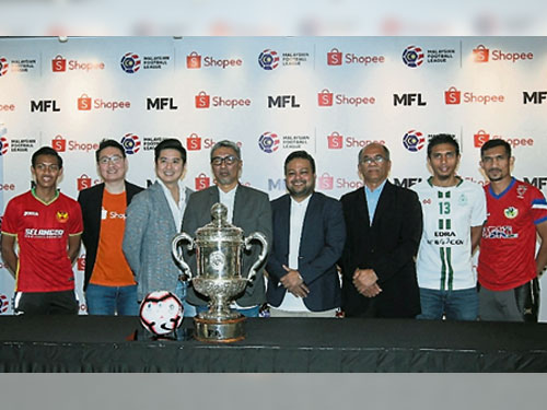 马足联公司(MFL)与虾皮购物(Shopee)高层在签署赞助合同后,与3名出席见证的球员合影。左起沙米沙法里、林声力、何子翔、尤索夫马哈蒂、凯文拉马宁甘、慕斯达化阿末、拉兹曼罗斯兰和英德拉布特拉。(照片来源:MFL)