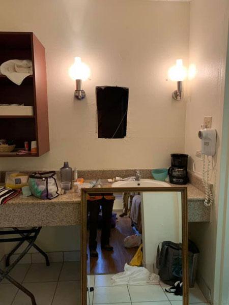 罗特在个人面子书上传酒店房间镜子被拆后,有个洞。