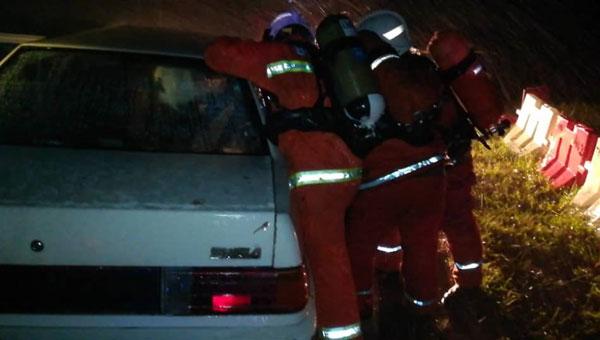 消拯局人员在现场展开拯救行动。