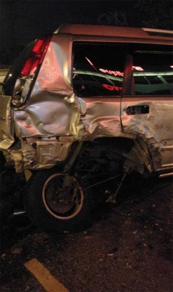 轿车尾部严重毁损。