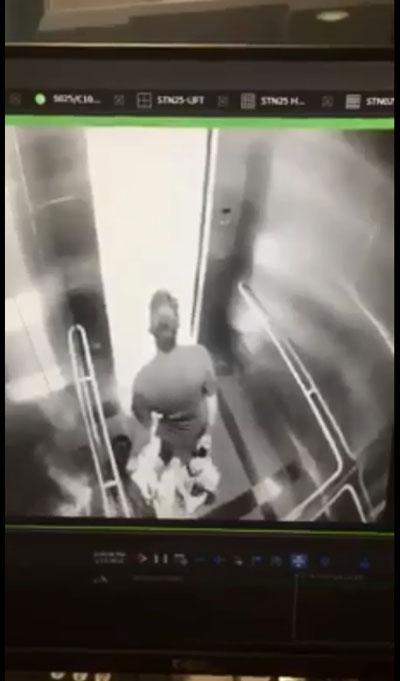 """为免女子逃跑和求助,匪徒在升降机门打开时竟然用脚将女子""""顶""""在电梯内。"""