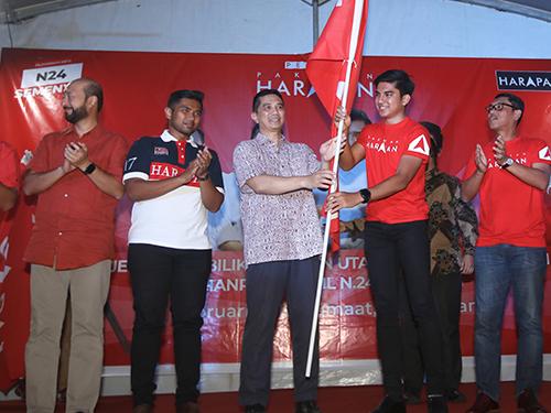 阿兹敏阿里(左3起)从赛沙迪手中接过希盟旗帜,象征成员党团结一致,左起为慕克里兹、艾曼和阿末法依扎。
