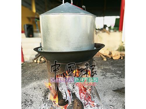 烧柴火蒸一整夜的年糕,不仅美味而且有着文化薪火相传的意义。
