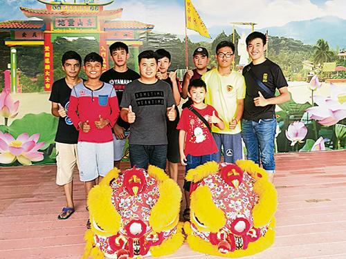 新古毛义益龙狮体育会成立9年,领队曾令威(前排中)和部份分狮团队员:(前右起)庄庆勇、叶永康、曾文彬、郭善辉、(后右起)李荣齐、陈伟聪、庄庆雄和吴孟哲。
