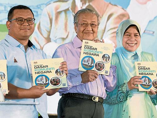 马哈迪(中)推介国家社区政策;左起为阿米鲁丁及祖莱达。