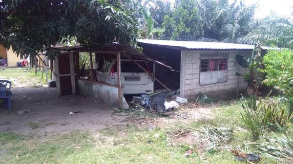 白色迈薇轿车失控撞入路旁一间屋子,导致6岁女童重伤身亡。