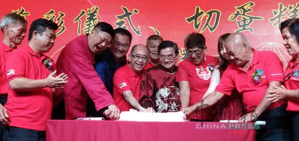 马来西亚龙氏公会3岁了!嘉宾一起切蛋糕庆祝,左起是龙仕兴、洪来喜、林振辉、龙田俊、龙国强、玛丽约瑟芬和梁耀雯等。