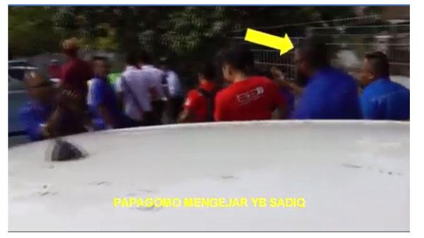 视频可见旺莫哈末阿兹里从后方追去赛沙迪。