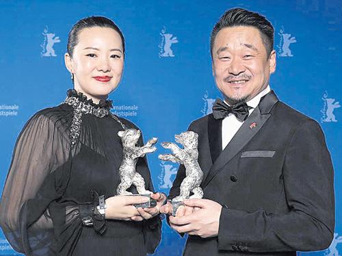 中国导演王小帅电影《地久天长》的王景春(右)与咏梅包办柏林影展影帝、后。