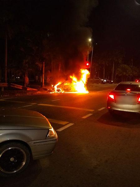 疑两车相撞,导致其中一辆轿车起火燃烧,所幸意外没有夺走人命。