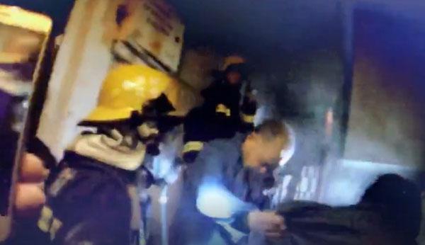 民警与消防员在浓烟中疏散了多名被困住客。