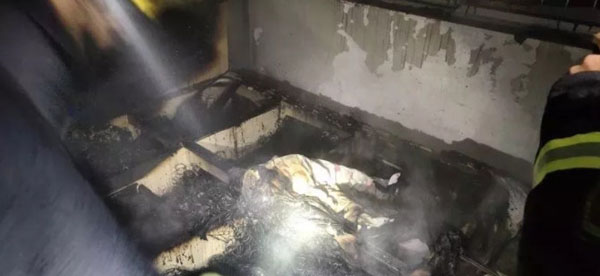 两人的单位焚毁,房内物品都化为灰烬。