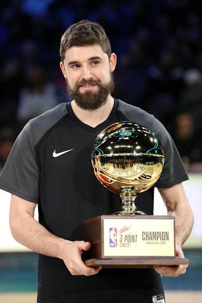 乔哈里斯战胜一众好手,赢得三分投篮赛冠军。(法新社)