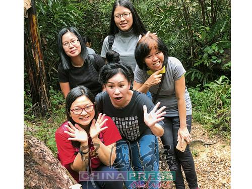 团员们在实蒙古人猿保育中心与人猿缘悭一面,于是自行找乐子。