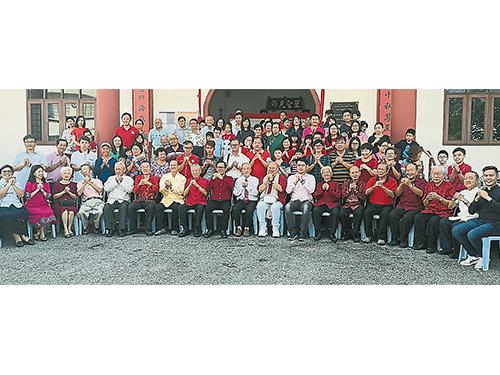 出席团拜活动的嘉宾与孔教会成员。左8起杨建良、刘志良、沈墨义、蓝日川、郭子毅、林源瑞、宋群礼、刘翰扬及李业祥等。