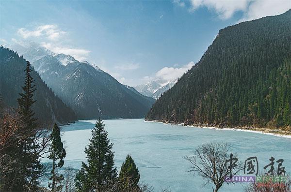 海拔3000公尺的长海,湖面结冰。