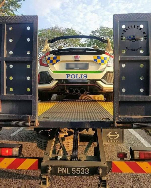车身被贴满警队标志贴纸的Honda Civic Type R,被拖车罗厘送往武吉阿曼警察总部。