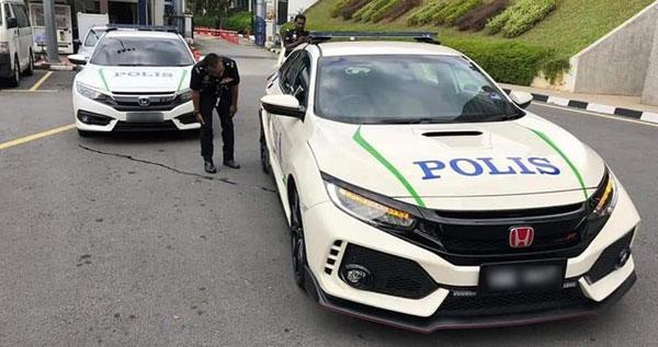 1名警官正检查车子状况时,略为见猎心喜。