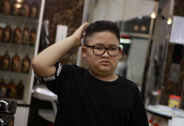 这名小男生剪了金正恩发型,配上黑边方框眼镜,乍看下还蛮像年轻版金正恩。(美联社)