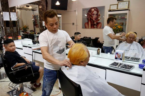 理发师在为顾客修剪特朗普发型。(路透社)