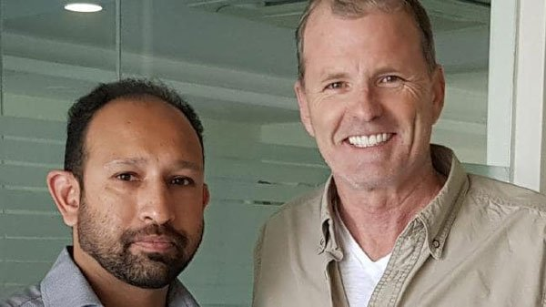 麦力恩(右)做完手术后,开心地跟牙医莫迪瓦拉(左)合照。