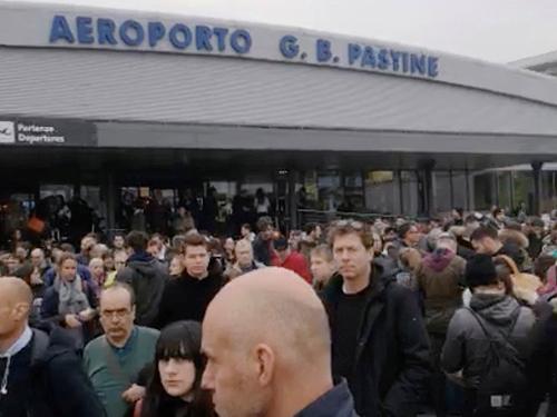 火患发生后,乘客在机场外头等着被疏散。