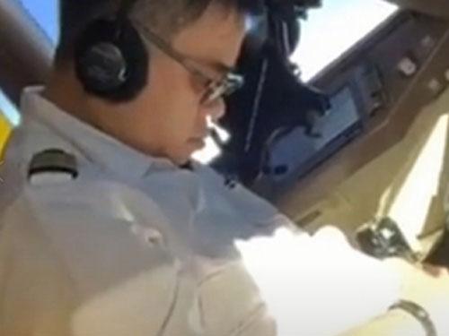 机长疲累到坐在驾驶座上打起了瞌睡。