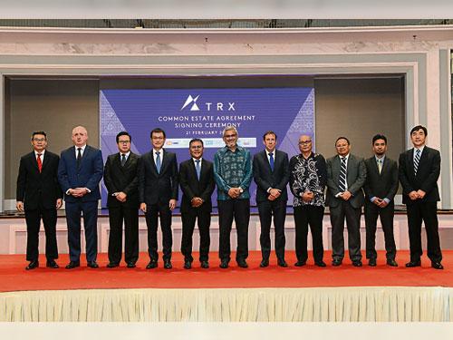 李俊辉(左起)、西尔杜菲、赖文福、陈华敏、阿兹马达立、卡立沙末、史都华曼德、诺希山、卡玛鲁阿里芬、依幕利及冯云枫,在签署仪式上合影。