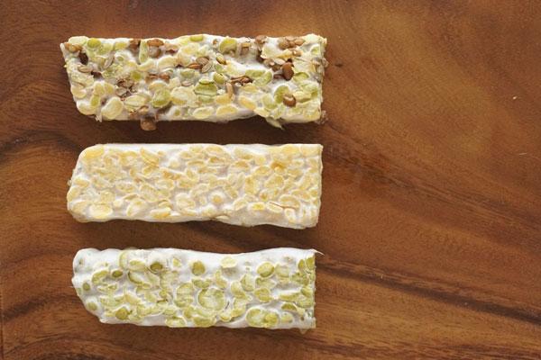 (由下至上)绿扁豆、黄扁豆和综合扁豆天贝。黄扁豆天贝风味较清香;绿扁豆天贝风味较浓郁;综合扁豆天贝的口感、风味层次较丰富。