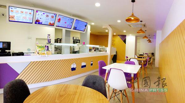 室内以白色调作为设计主题,配搭木色墙质,时尚又冷酷,却隐藏着温暖人心的美食和甜点,让人心情放缓,静心享受美食。
