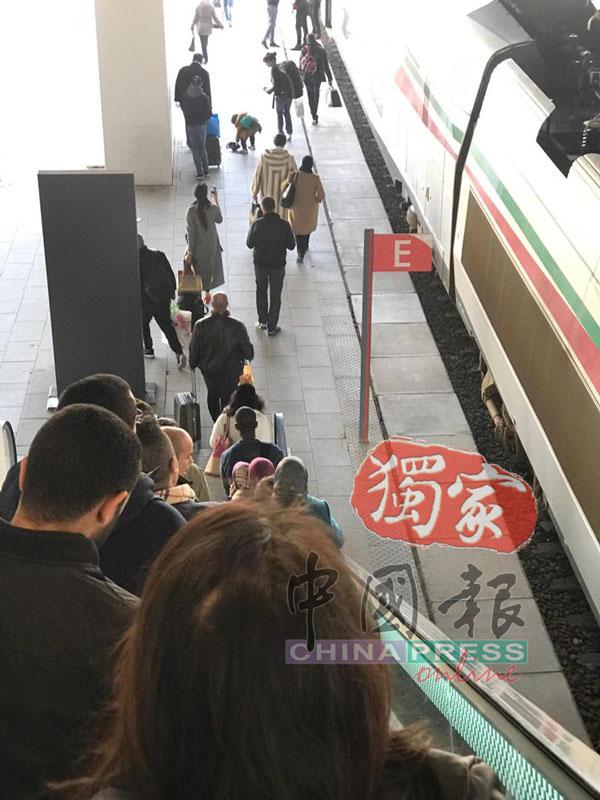 乘客在月台准备上车。