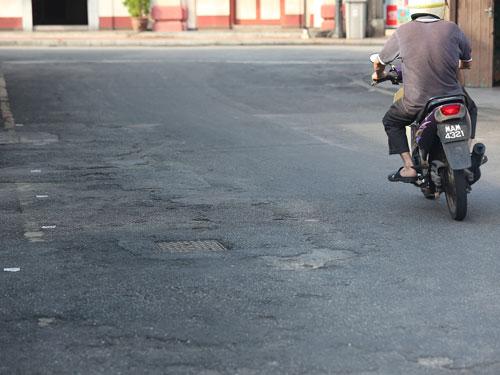 老街出现多处路面不平的情况,也对道路安全构成威胁。