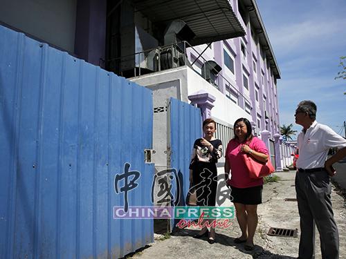 蔡礼嫔(左起)、何彩思及伍税平查看被卫生局官员指遭人打开的垃圾槽处的门。