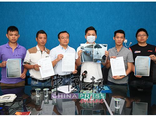 游佳豪(左4)希望警方尽早破案。左起王志明、苏金发、游佳豪、赖俊权、林文祥。