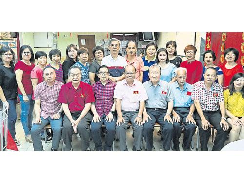 下霹雳区华校教师公会促教育部关注华校督学课题;前排左2起陈成木、陈逸发及蔡明永。