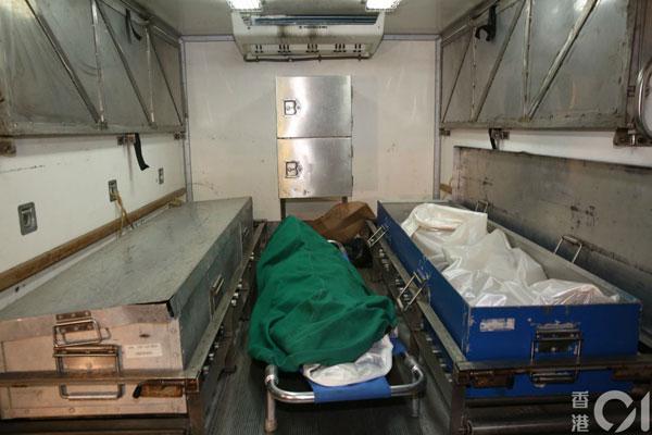 仵工将男死者(左)、男童(中)及女死者(右)尸体舁送殓房。