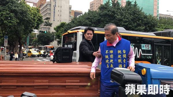 统促党总裁张安乐率众带着棺材到立院抗议。
